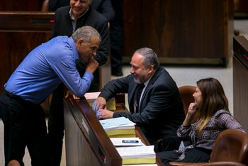 Moshe Kahlon and Avigdor Lieberman having a chat at the Knesset.