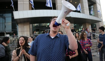 Journalists of the new broadcasting authority Kan protest outside Kahlon press conference, Tel Aviv, 30 March 2017.