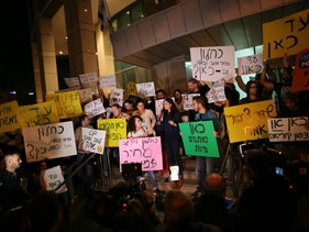 Israeli journalists protest in Tel Aviv against Prime Minister Benjamin Netanyahu and Finance Minister Moshe Kahlon's decision to close the news division of Israel's new state broadcaster. April 1, 2016.