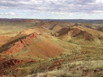 Ridges in the ancient Dresser Formation in the Pilbara Craton of Western Australia that preserve ancient stromatolites and hot spring deposits.