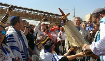 Hundreds of Reform Jews hold special Torah service at Western Wall. May 18, 2017.