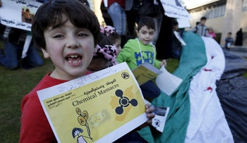 Syrian children carry placards as they call for the lifting of the siege off Madaya and Zabadani towns in Syria, in front of the offices of the UN headquarters, Beirut, Lebanon, December 26, 2015.