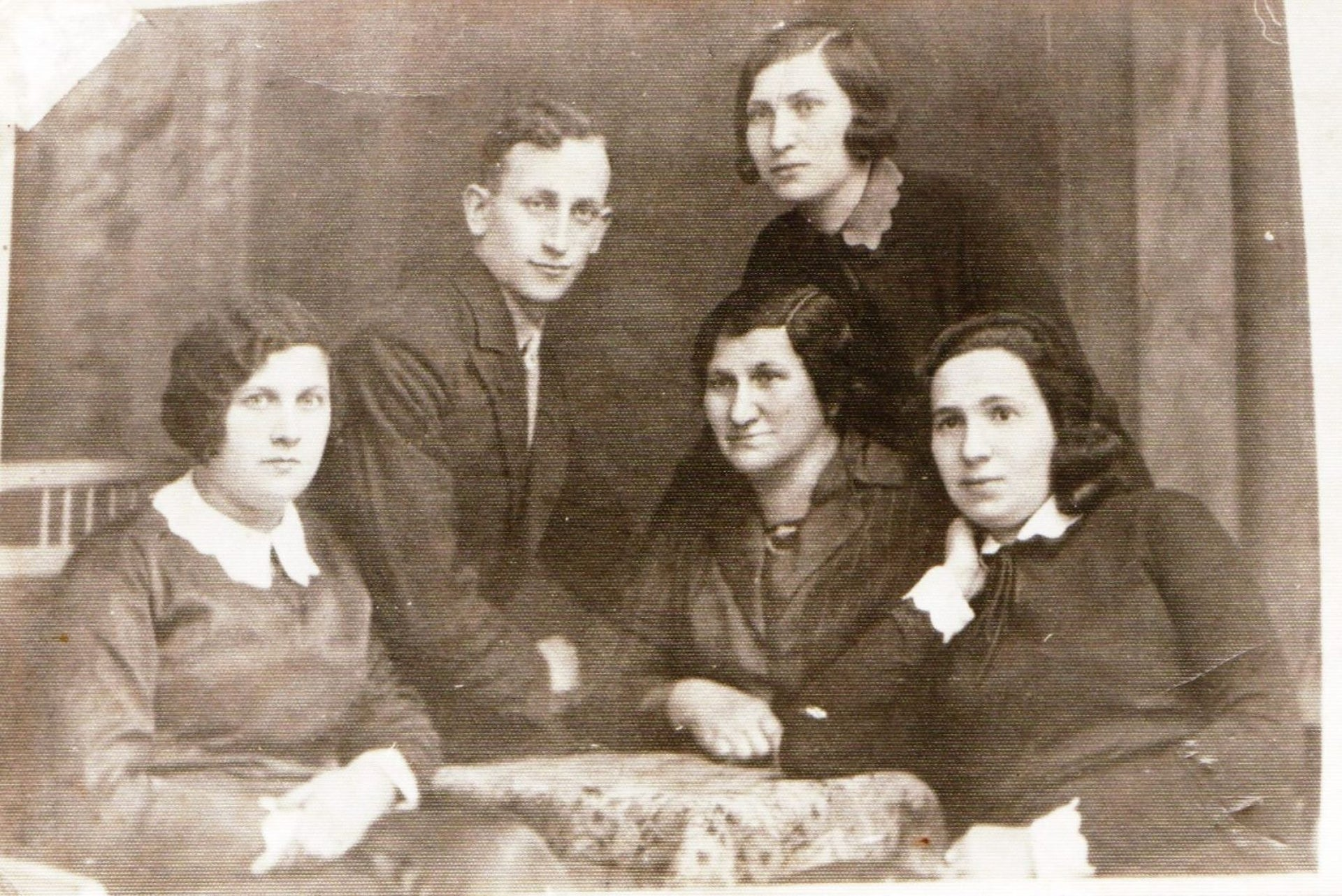 Family of Rachel Sha'anan, with her mother standing, in their home in Poland in 1928