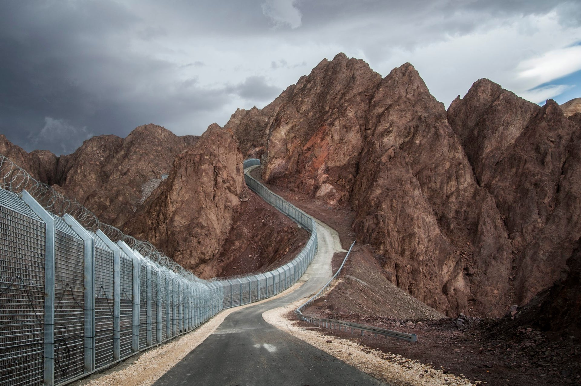 The new border fence between Israel and Egypt, Eilat Mountains, May 2014 (First Prize in Conflict Between Man and Nature category).