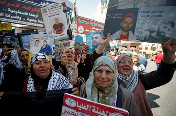 Palestinians celebrating after Palestinian prisoners ended a hunger strike over their conditions in Israeli jails, Ramallah, May 27, 2017.