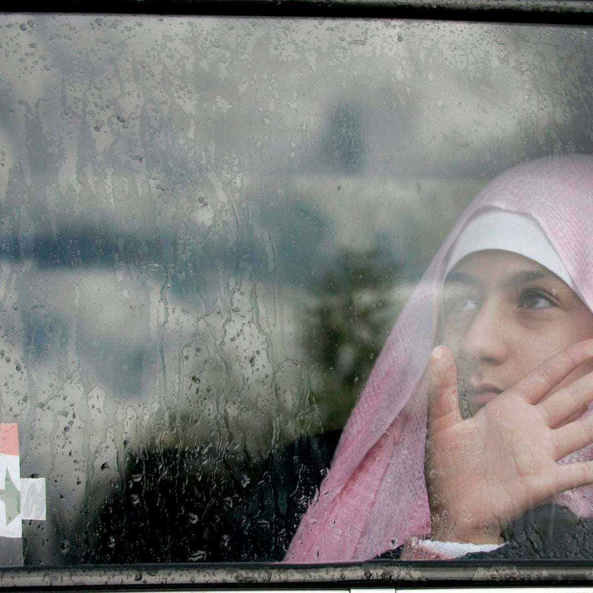 FILE PHOTO: A girl in sits in a car outside a shopping mall in Amman January 31, 2007.