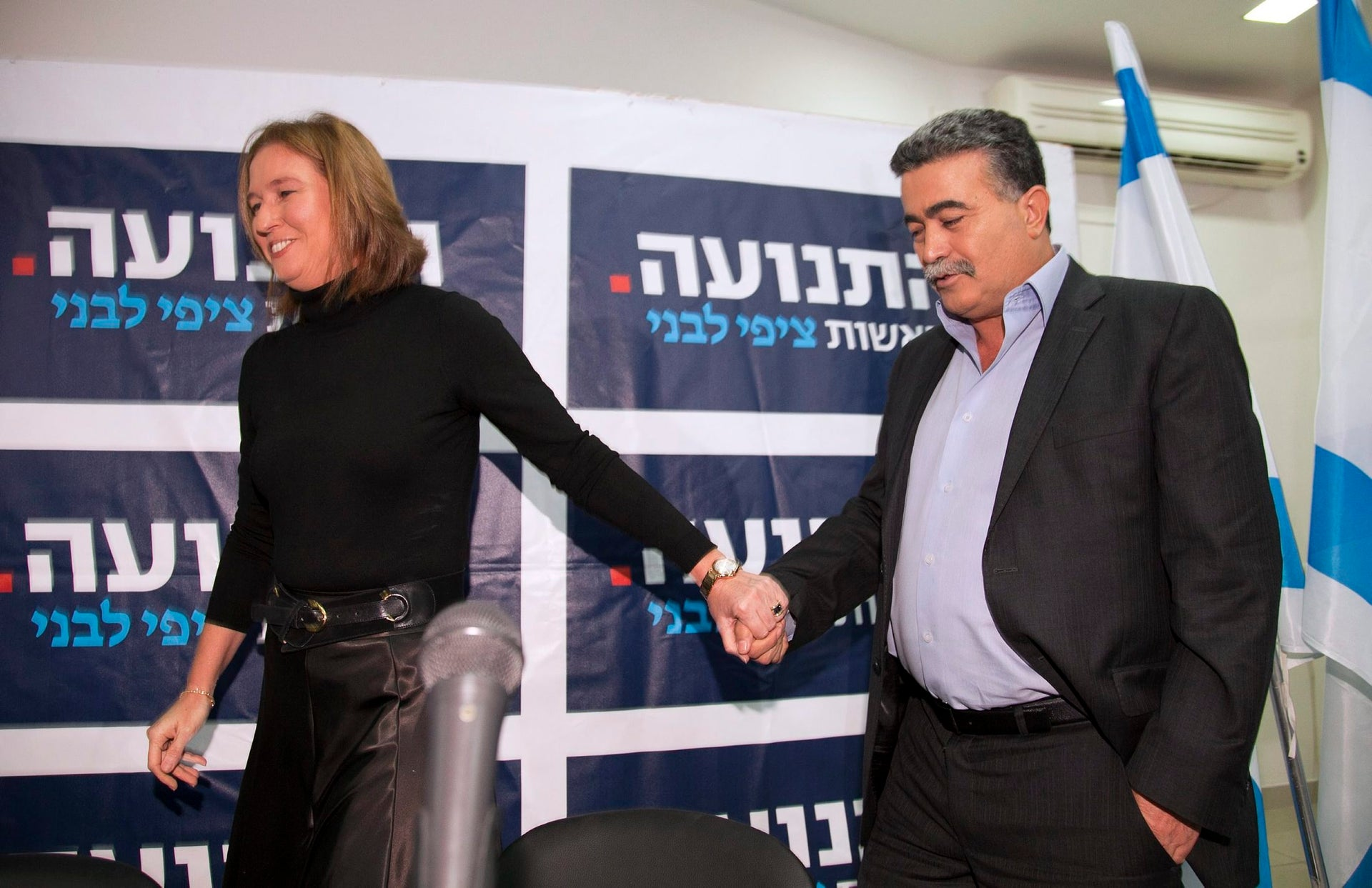 Tzipi Livni welcoming Amir Peretz into her Hatnuah party, December 6, 2012.