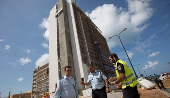 Police officers at the Netanya construction site where a 37-year-old worker fell to his death, March 29, 2016.