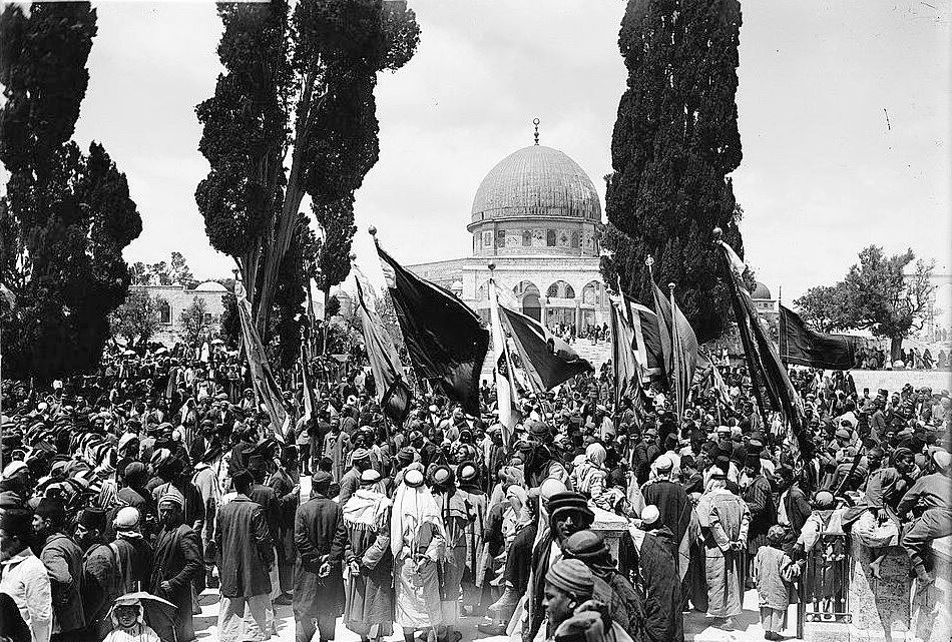 Muslims gather on Temple Mount before starting a pilgrimage to the tomb of Nabi Musa in 1918.