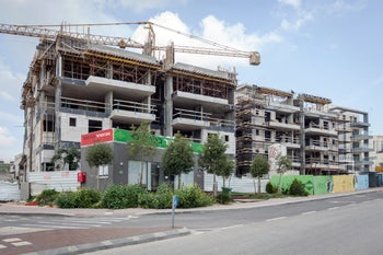 Six stories and counting: Kramim, Shoham's new neighborhood.