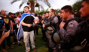 Right-wing extremists outside Barzilai Medical Center in Ashkelon demonstrating against Palestinian administrative detainee Bilal Kayed. August 11, 2016.