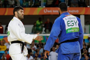 Egypt's Islam el-Shahabi, blue, declines to shake hands with Israel's Or Sasson, white, after losing during the men's over 100-kg judo competition, Rio de Janeiro, Brazil, August 12, 2016.