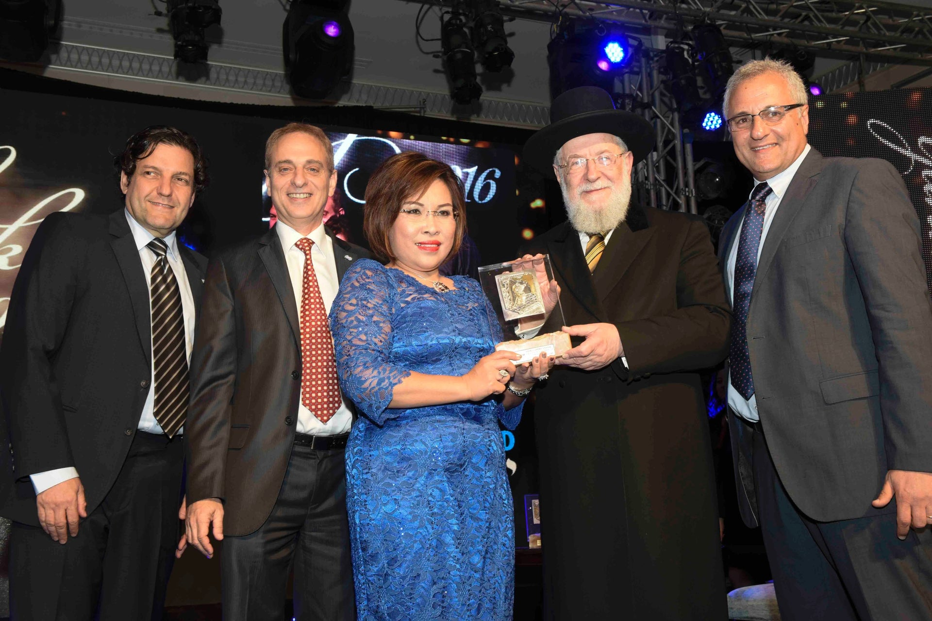 Sherly America-Gossal receiving her Keren Hayesod award from former chief rabbi and current rabbi of Tel Aviv Yisrael Meir Lau at ceremony a held in May 2016.