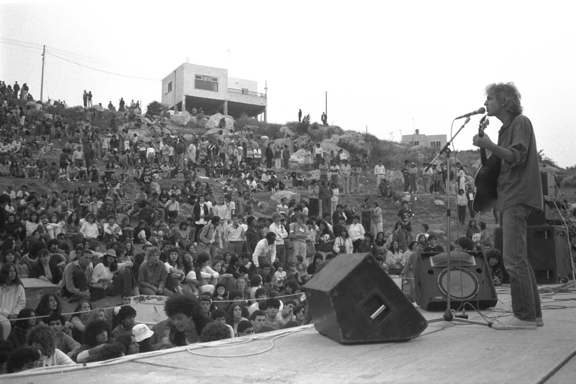 Shalom Hanoch performing at the Israel Peace Festival in Neve Shalom in 1985.
