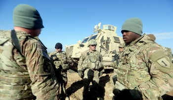 US soldiers speaking as they train Iraq's 72nd Brigade taking part in a live-fire exercise in Basmaya base, southeast of the Iraqi capital, Baghdad, Jan. 26, 2016.