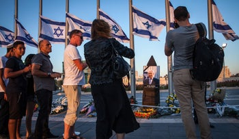 Israelis paying their last respects to Shimon Peres at the Knesset plaza in Jerusalem, September 29, 2016.