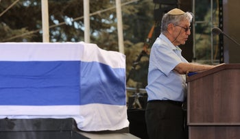 Writer Amos Oz speaks at Shimon Peres's funeral on September 30, 2016 at Jerusalem's Mt. Herzl cemetery.