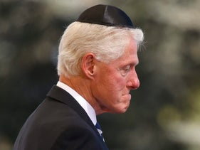 Former U.S. President Bill Clinton passes the flag-draped coffin of former President Shimon Peres during his funeral in Jerusalem, September 30, 2016.