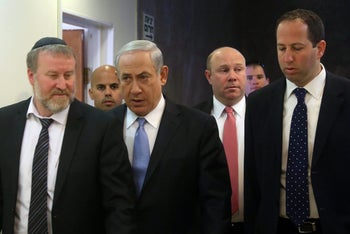 Gil Shefer (second from right) next to Netanyahu and Attorney General Avichai Mendelblit, 2014.