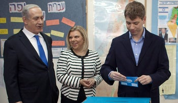 Yair Netanyahu votes on March 9, 2017, while his parents, Benjamin and Sara, look on.