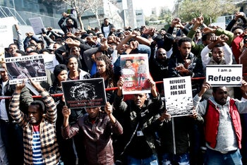 An image showing African asylum seekers protesting in front of the Rwandan embassy in Herzliya