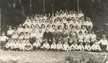 Rabbi Dawid Kurzmann in the center with children from the orphanage, summer 1939.