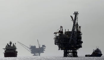 FILE PHOTO: An Israeli gas platform, controlled by a U.S.-Israeli energy group, is seen in the Mediterranean sea, some 15 miles (24 km) west of Israel's port city of Ashdod, February 25, 2013. REUTERS/Amir Cohen/File photo