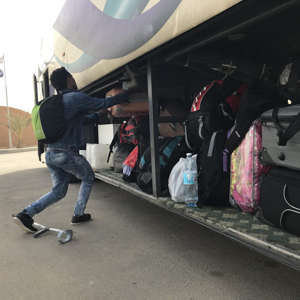 Asylum seeker board a bus to leave Holot detention facility in Israel's Negev desert, March 6, 2018.