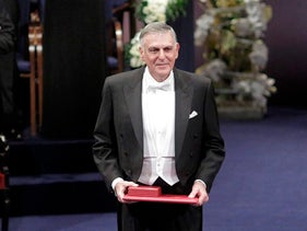 Dan Shechtman of Israel poses after receiving the 2011 Nobel Prize in chemistry during the award ceremony at the Concert Hall in Stockholm December 10, 2011.        REUTERS/Ints Kalnins (SWEDEN  - Tags: POLITICS)   פרסים