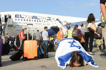 New immigrants from U.S. are greeted at Ben-Gurion Airport, 2014.