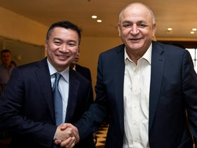 Businessman and CEO of the Delek Group Yitzhak Tshuva (right) and the chair of Singapore's stock exchage at a conference in Tel Aviv, 2017.