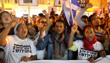 African asylum seekers and supporters rally in Jerusalem after Prime Minister Benjamin Netanyahu canceled the UN agreement to absorb thousands of asylum seekers in Western Europe, April 4, 2018.