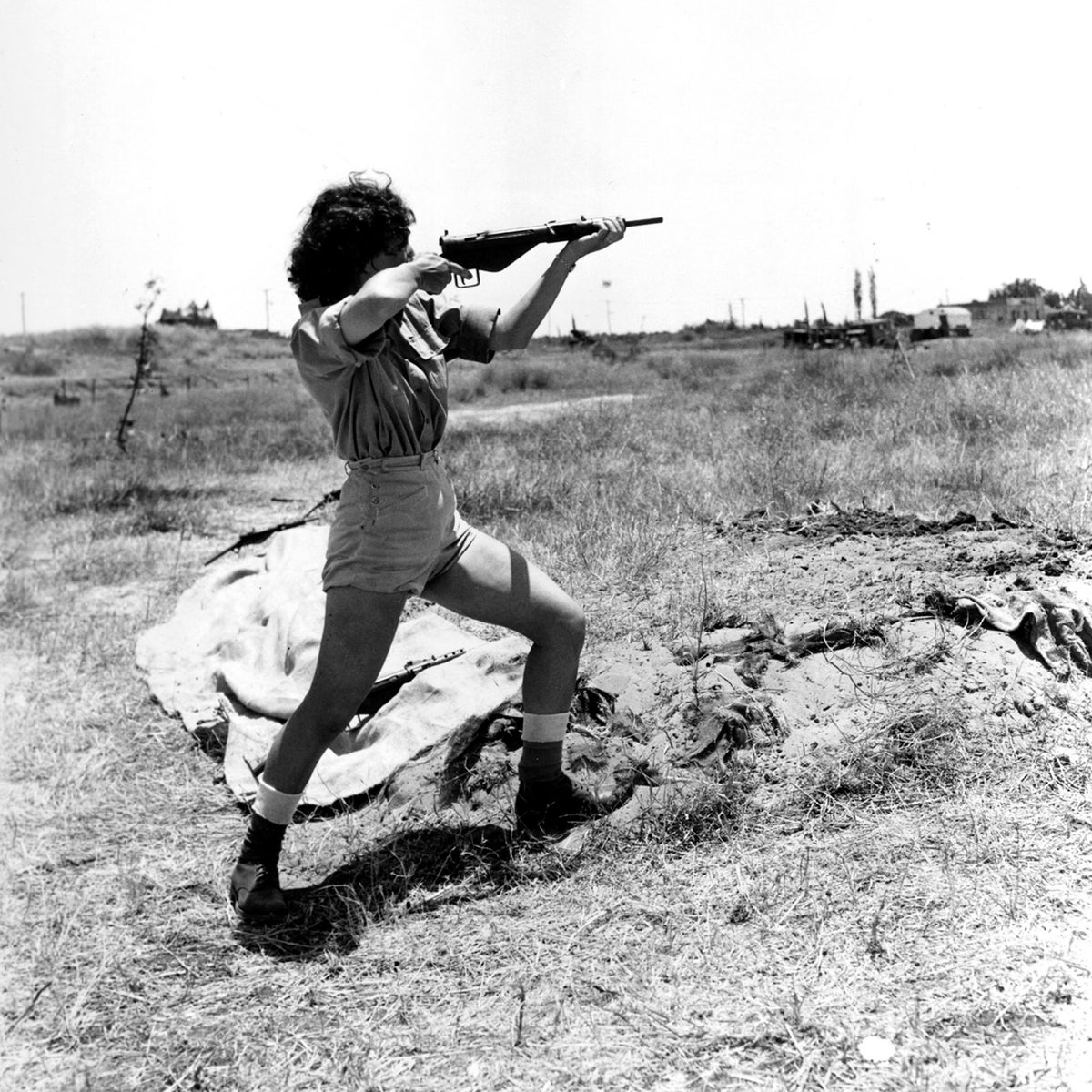 A female Israeli officer giving a demonstration at a Women's Corps camp near Tel Aviv on how to handle a Sten gun, June 1948.