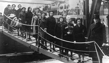 """Polish Jewish children from the region between Germany and Poland, part of the Kindertransport, arriving in London as on the """"Warsaw"""". February 1939"""