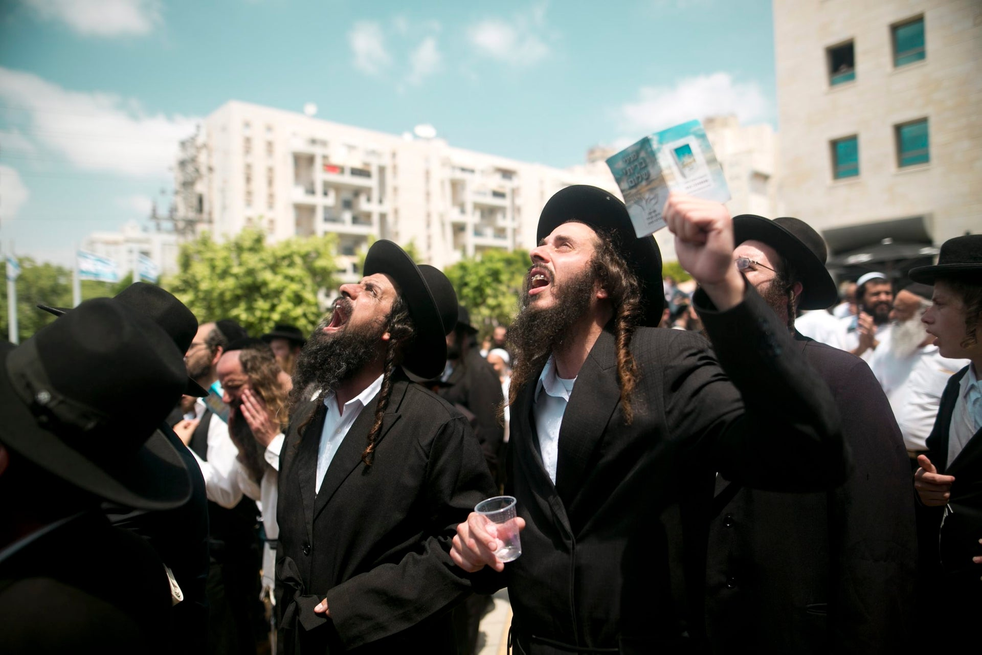 Followers of Rabbi Eliezer Berland stage a protest in front of the Rishon Lezion tribunal, 2016