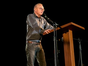 David Grossman speaking at the Alternative Memorial Day event in Tel Aviv, April 17, 2018