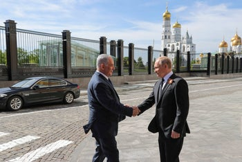 Russian President Vladimir Putin welcomes Israeli Prime Minister Benjamin Netanyahu prior to the Victory Day military parade in Moscow. May 9, 2018.