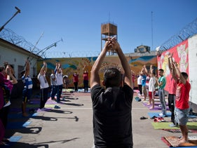 250 inmates participate in yoga lessons in two units of the San Martín prison.
