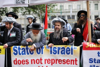NEW YORK, NY - JUNE 03: Pro-Palestine protestors demonstrate near the annual Celebrate Israel Parade on June 3, 2018 in New York City. Security will be tight for the parade which marks the 70th anniversary of the founding of Israel.   Kena Betancur/Getty Images/AFP == FOR NEWSPAPERS, INTERNET, TELCOS & TELEVISION USE ONLY ==