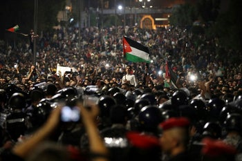 Jordanian protesters shout slogansoutside the Prime Minister's office in the capital Amman, June 4, 2018