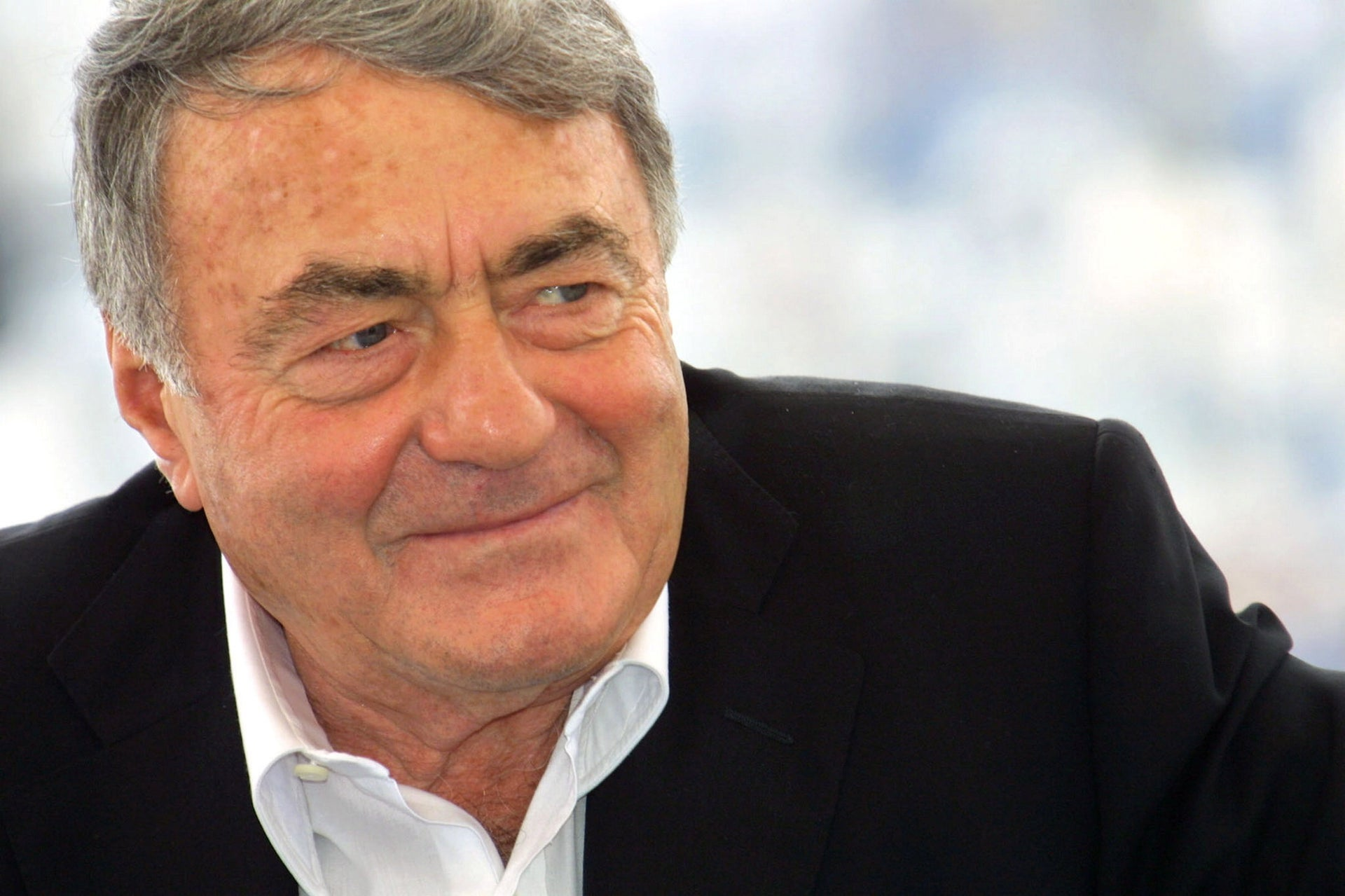 """French director Claude Lanzmann poses during the photo call of his film """"Sobibor,"""" May 14 2001 in Cannes."""