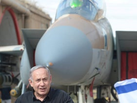 Netanayhu in front of an Israeli F-15