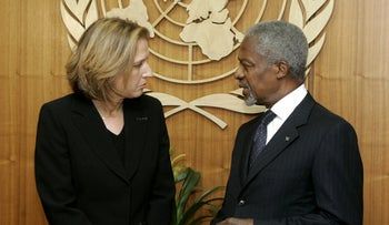 U.N. Secretary-General Kofi Annan speaks with former Foreign Minister Tzipi Livni at United Nations headquarters, August 16, 2006.