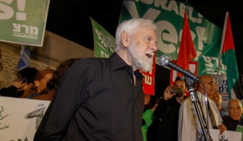 Uri Avenry at a protest calling for the establishment of a Palestinian country.