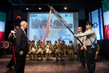 Italian Ambassador to Israel Gianluigi Benedetti bestowing the gold medal of military valor to the Israel Defense Forces, which accepted it on behalf of members of the Jewish Brigade, October 3, 2018.