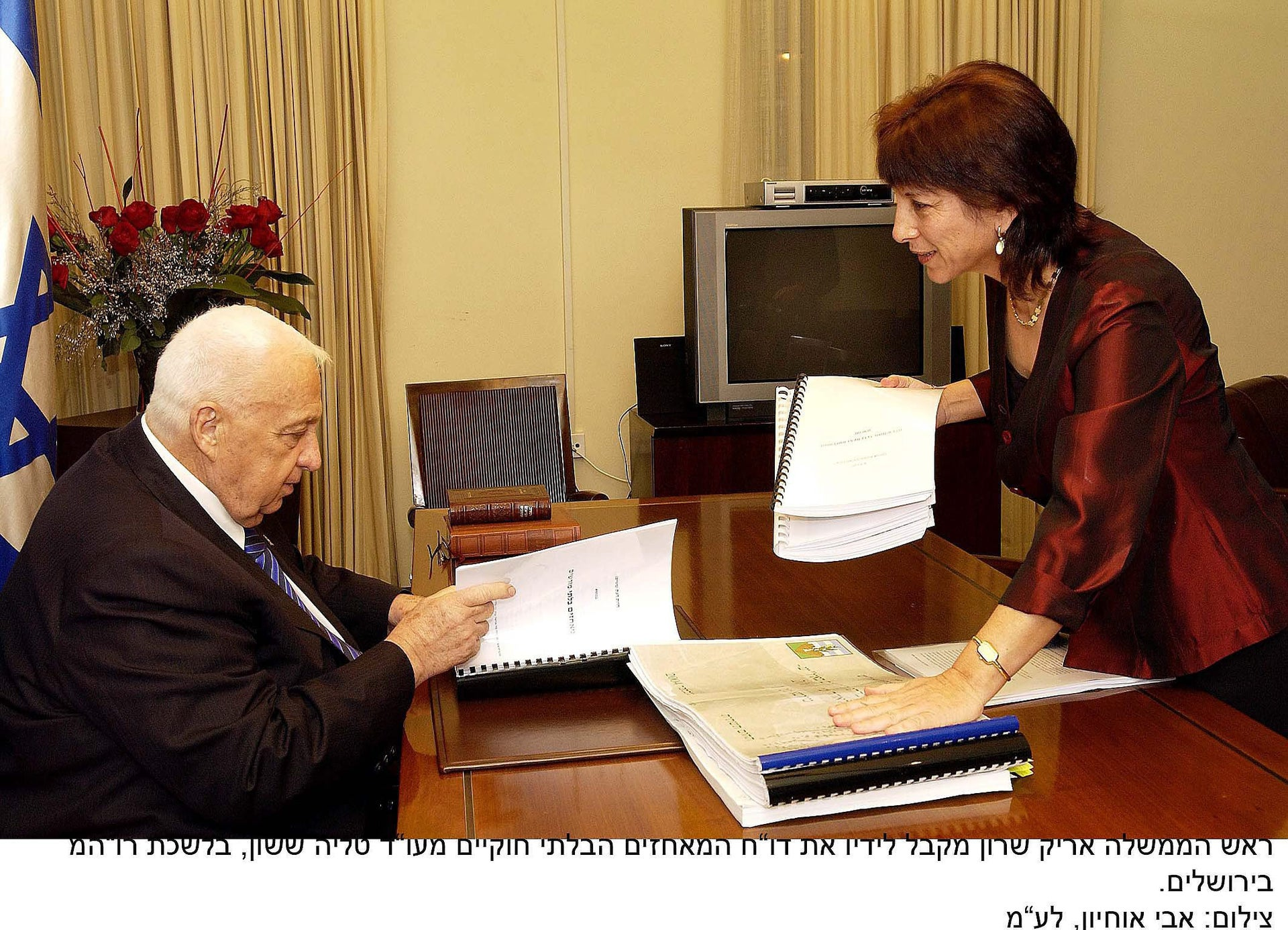 Sasson presents her report on settlement outposts to Prime Minister Sharon, in 2005.