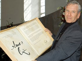 Oz receiving the Goethe Prize in 2005