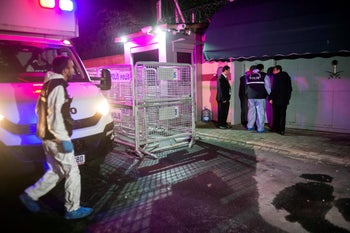 Turkish police forensic experts arrive at the Saudi Arabian consulate in Istanbul on October 17, 2018