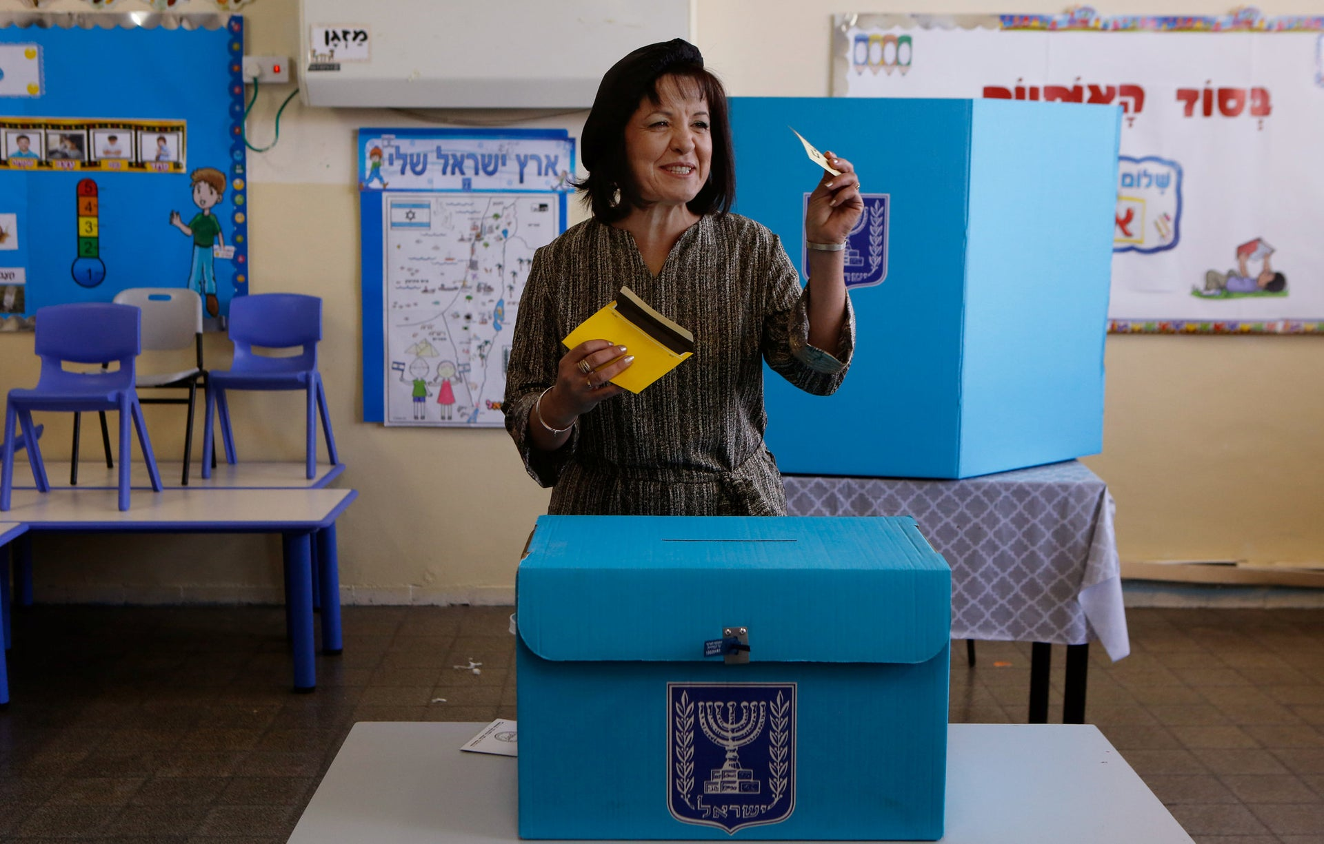 Beit Shemesh mayoral candidate Aliza Bloch casting her vote, October 30, 2018