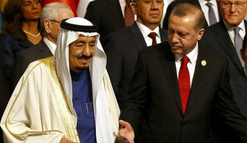 FILE PHOTO: Turkish President Tayyip Erdogan and King Salman of Saudi Arabia in Istanbul, April 14, 2016